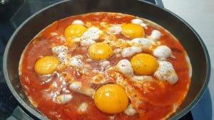 In einer Pfanne Eier auf Tomatensoße.