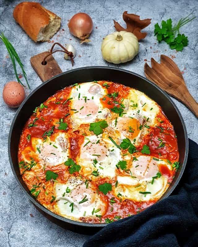 Shakshuka, pochierte Eier auf Tomatensoße