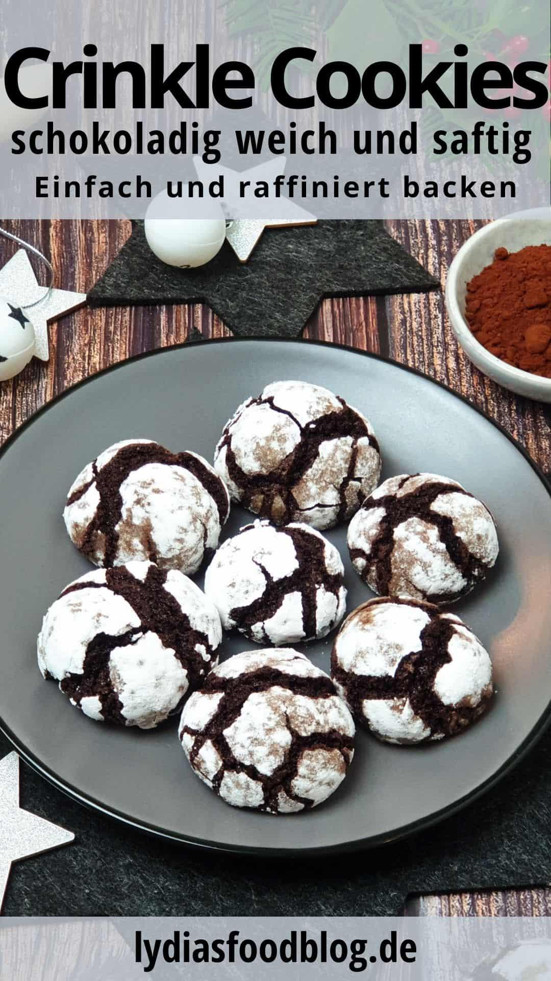 Auf einem grauen Teller weiße Crinkle Cookies. Im Hintergrund Deko.