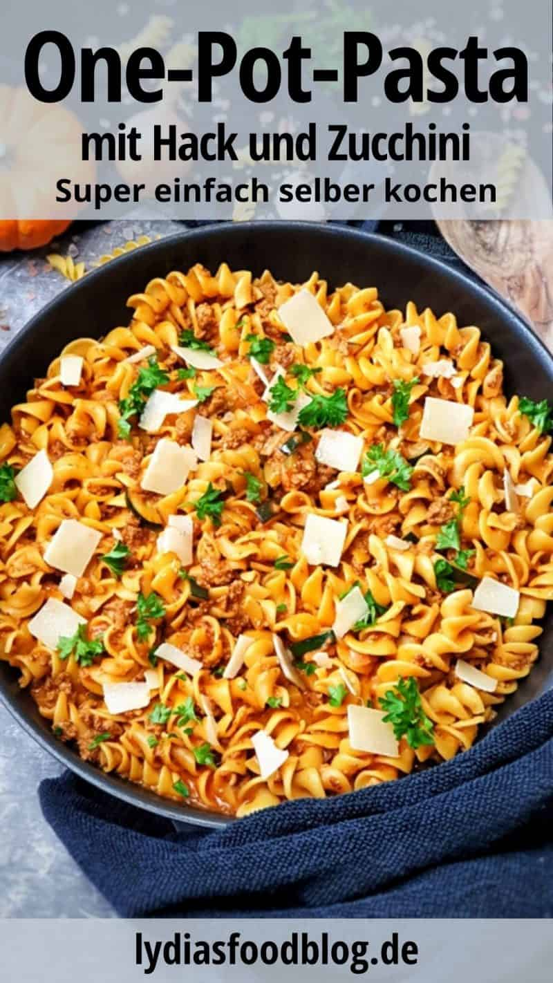 Nudelpfanne mit Hackfleisch und Zucchini, ein One Pot Gericht in der Pfanne angerichtet und fotografiert. Mit Parmesan Hobel und Petersilie bestreut.