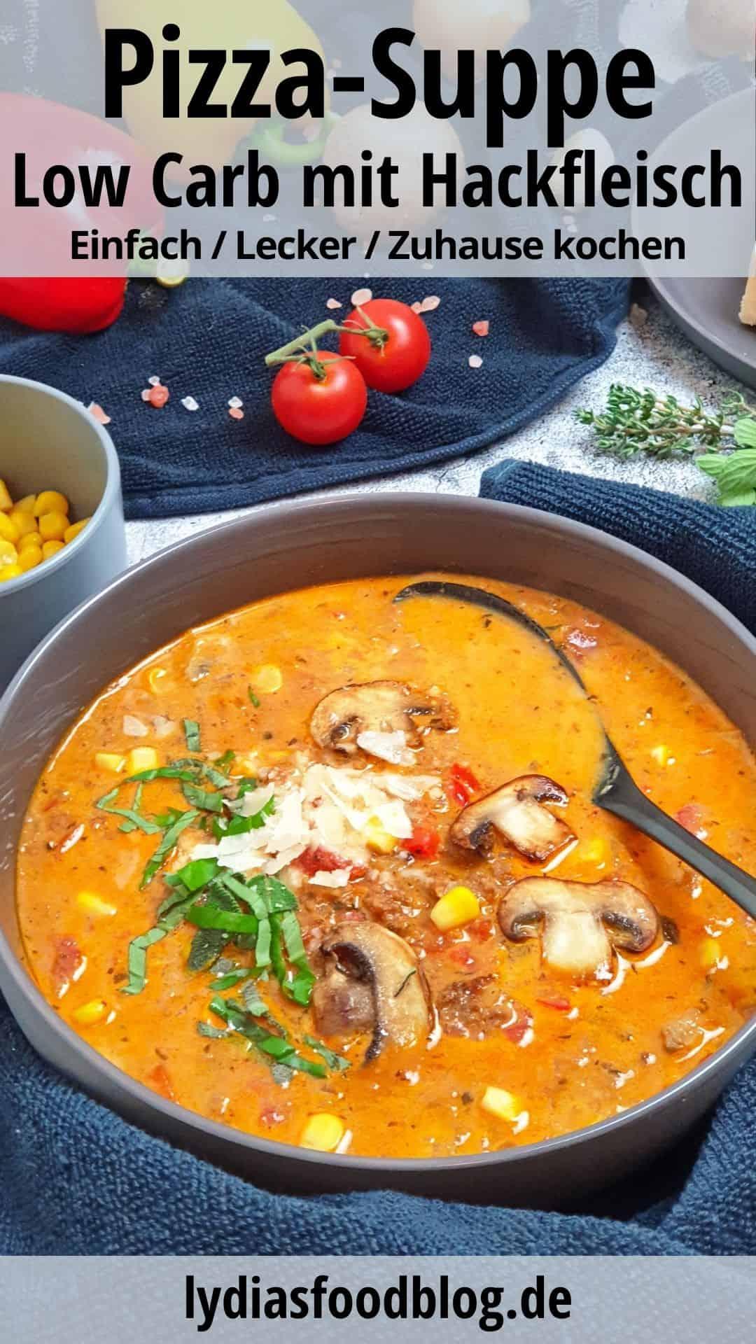 In einer grauen Schale angerichtet eine Pizzasuppe mit Hackfleisch und Champignons. Mit Parmesan und frischen Kräutern serviert.