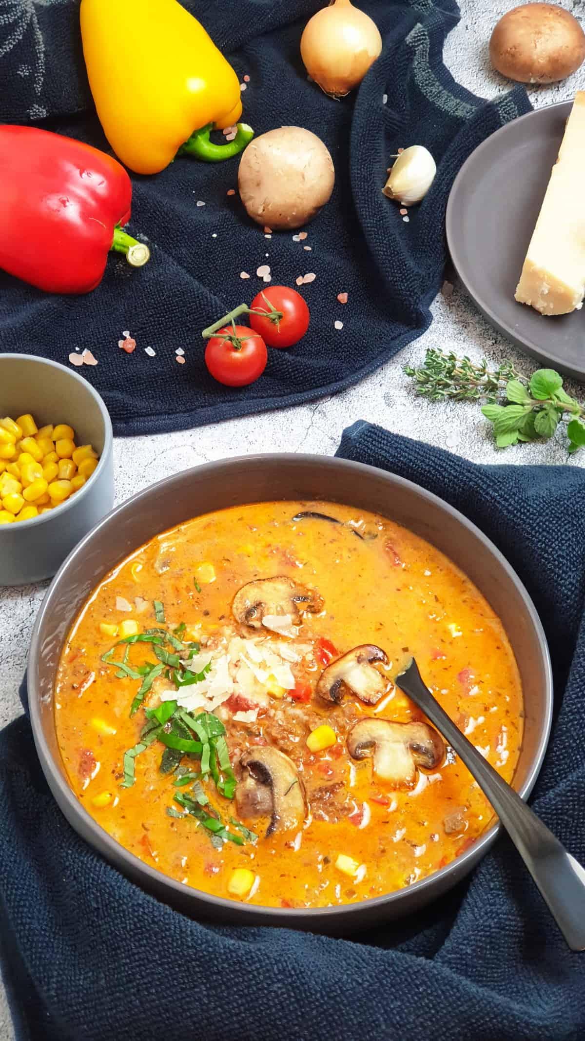 Piuzza Suppe in einer grauen Schale serviert. Im Hintergrund Deko.
