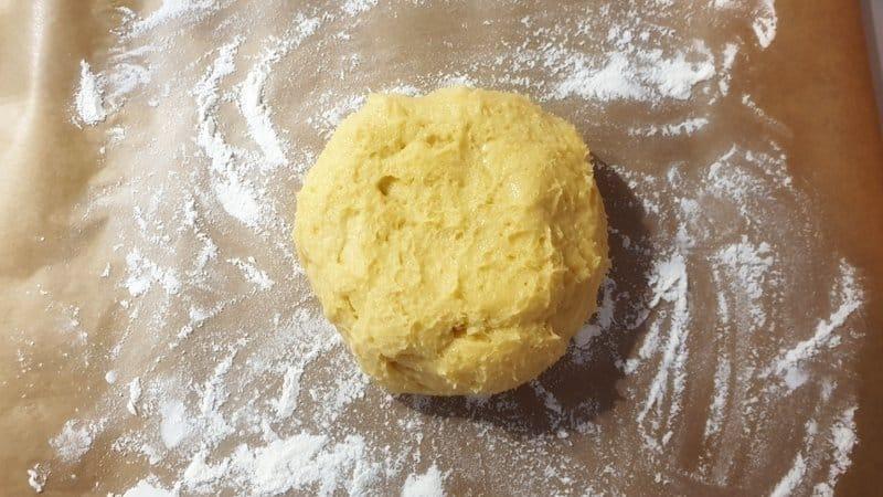 Dieser Teig ist sehr schnell und einfach gemacht. Den Zucker mit dem Salz, Vanillezucker, Zitronenabrieb, der Butter und dem Ei in eine Schüssel geben. Mit dem Knethaken des Mixers schaumig rühren. Das Mehl dazu sieben und weiter mit dem Mixer zu einem glatten Teig verarbeiten. Der Teig für die Engelsaugen darf nicht zu hart sein. Er wird in Folie gewickelt und kommt dann zum Kühlen in den Kühlschrank.