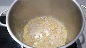 In einem Topf angedünstete Zwiebeln in Öl.