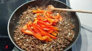 Als nächstes kommt die Paprika dazu und wird für weitere 1-2 Minuten angebraten.