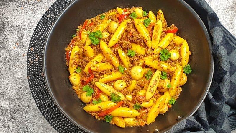 Die Schupfnudel Hackpfanne mit Champignons und Paprika mit frischer Petersilie bestreut servieren.