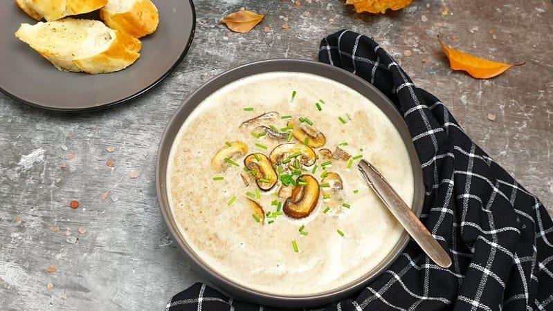 Die feine Pilz-Creme-Suppe mit frischem Schnittlauch bestreut servieren.
