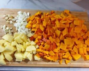 Auf einem Küchen Schneidebrett klein geschnittenes Gemüse.