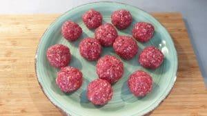 Die Gewürze werden mit dem Hackfleisch vermischt und anschließend zu kleinen Hackbällchen geformt