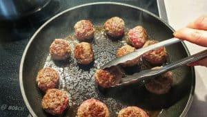 In einer heißen Pfanne werden die Fleischbällchen von allen Seiten scharf angebraten