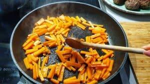 In der gleichen Pfanne wird nun das Gemüse angebraten.