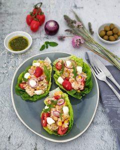 Ein italienischer Reissalat angerichtet in Mini Romana Salatblatt, dekorativ auf einer Salatplatte angerichtet und fotografiert