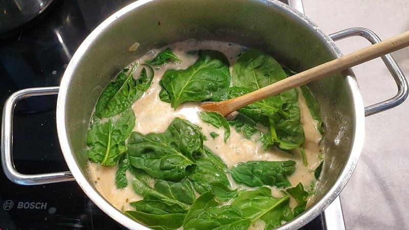 Der gewaschene Spinat kommt ganz zum Schluss für eine Minute in die Suppe.