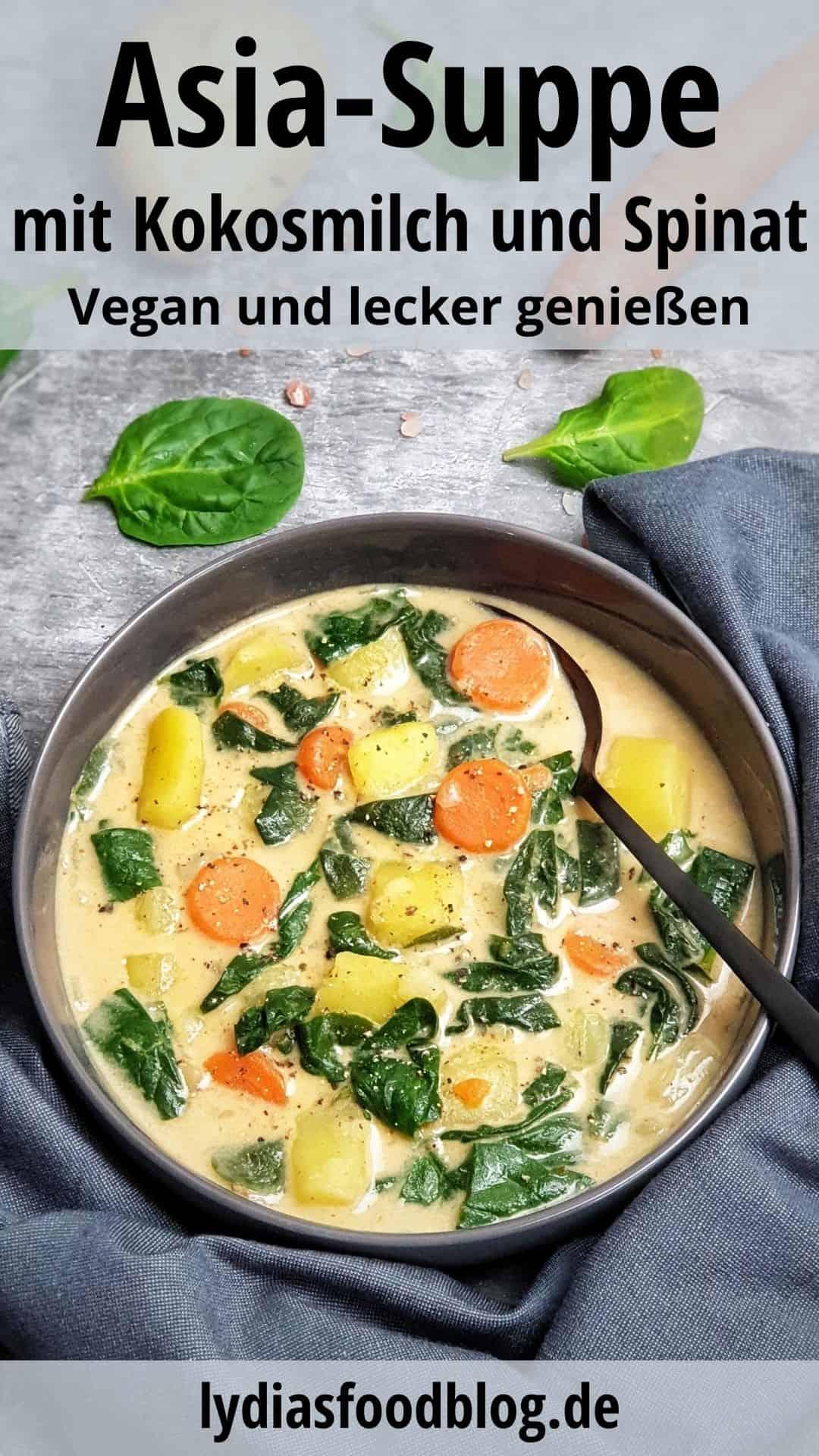 In einer grauen Schale angerichtet Asia-Suppe mit Kokosmilch, Spinat und Gemüse. Im Hintergrund Deko.