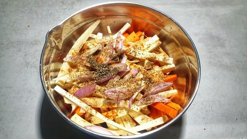 Das Gemüse für das Wurzelgemüse vom Blech wird geputzt und anschließend gewürzt.
