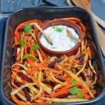 Ein einfaches und schmackhaftes Gericht aus dem Backofen. Wurzelgemüse mit einem Kräuterquark Dip