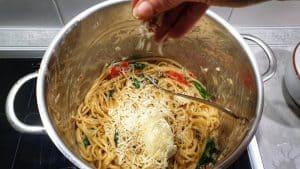 In einem Topf Spaghetti mit Gemüse und frischem Spinat und geriebenem Parmesan.