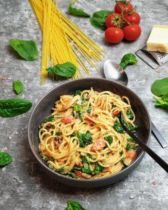 Schon ist die köstliche One Pot Pasta mit Spinat und Tomaten fertig zum Genießen.
