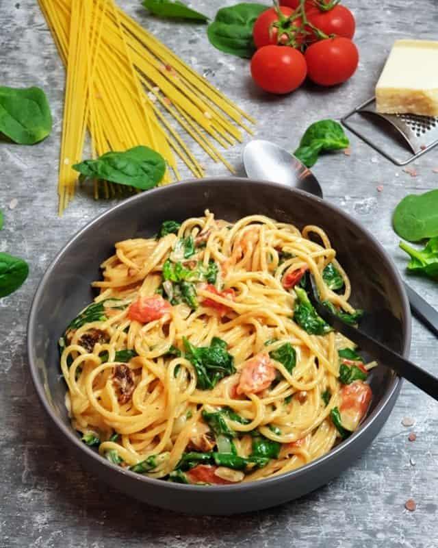 Diese One Pot Pasta mit Spinat und Tomaten steht nach 20 Minuten auf dem Esstisch.