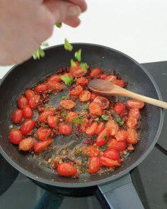 Nachdem die Tomaten, Chilli, Zwiebel und der Knoblauch angedünstet sind kommen Salz, Pfeffer, Zucker und Kräuter in die Pfanne.