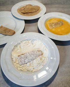 Vier Teller zum Panieren mit Mehl, Paniermehl, Ei und Fisch.