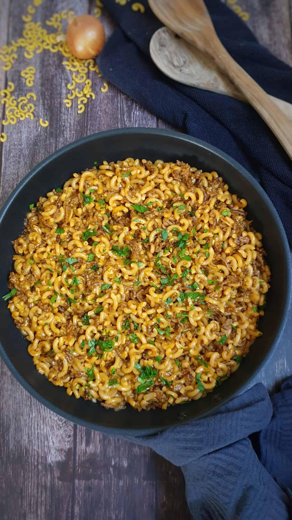 One Pot Pasta mit Hackfleisch und Gabelspaghetti in einer Pfanne. Mit Petersilie bestreut.