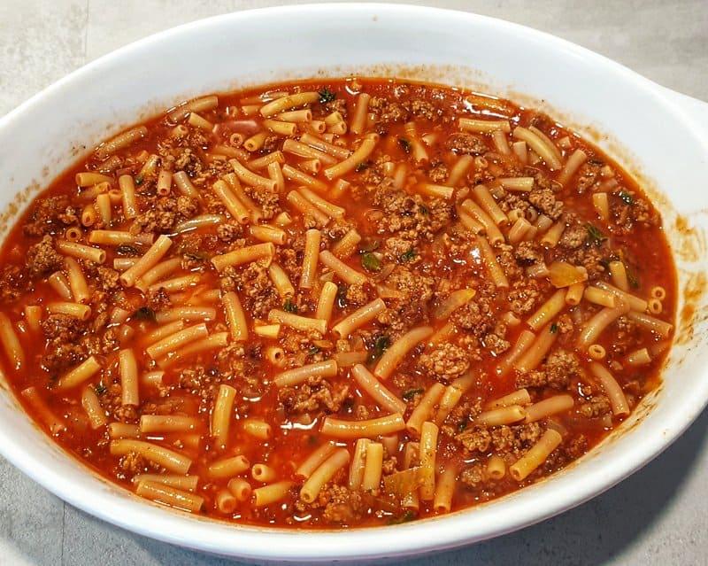 In einer Auflaufform Makkaroni mit Tomaten Hackfleisch Soße.