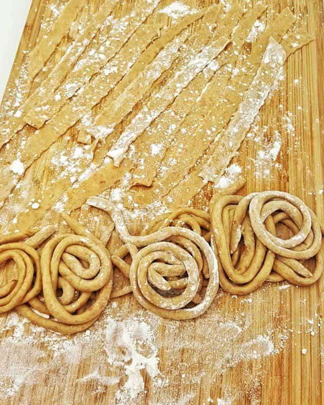 Auf diesem Foto siehst du selbstgemachte Bandnudeln und Nudelnester aus dem Grund Rezept für Dinkel Pastateig