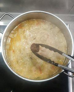 Die Suppe ist vorgekocht und jetzt kommen die angebratenen Hackfleisch Bällchen mit in die Suppe.