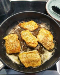 rust Filets werden in einer Pfanne angebraten, die Filets sind gewendent und goldbraun.