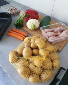 Hier siet man die Zutaten für das Rezept: Hähnchenschenkel mit Gemüse und Kartoffeln aus dem Ofen.