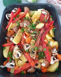 Zu dem Gemüse und den Kartoffeln für Hähnchenschenkel mit Gemüse und Kartoffeln aus dem Ofen kommen jetzt die Gewürze.