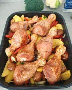 Die Hähnchenschenkel sind jetzt auf dem Gemüse verteilt und fertig für den Backofen.