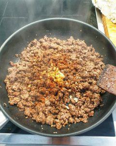 In einer Pfanne angebratenes Hackfleisch mit Gewürzen und Knoblauch.