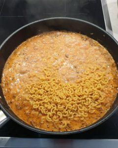 In einer Pfanne eine One Pot Pasta mit Gabelspaghetti, Hackfleisch und Soße.