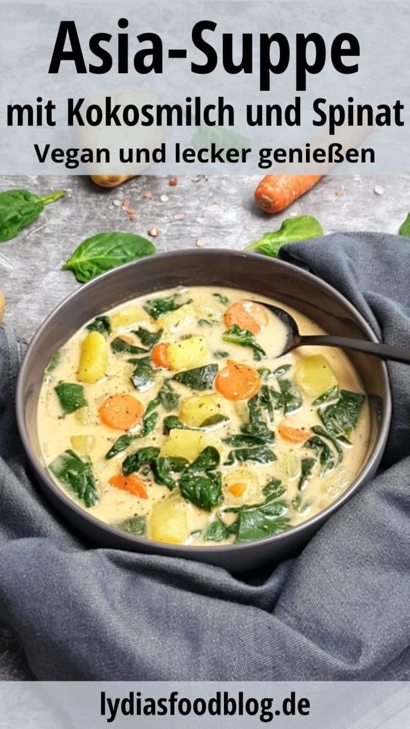 Die asiatische Suppe mit Kokosmilch und Spinat ist angerichtet in einer grauen Schale. Drapiert um die Schale ist ein graues Küchentuch. In der Schale befindet sich ein schwarzer Löffel.