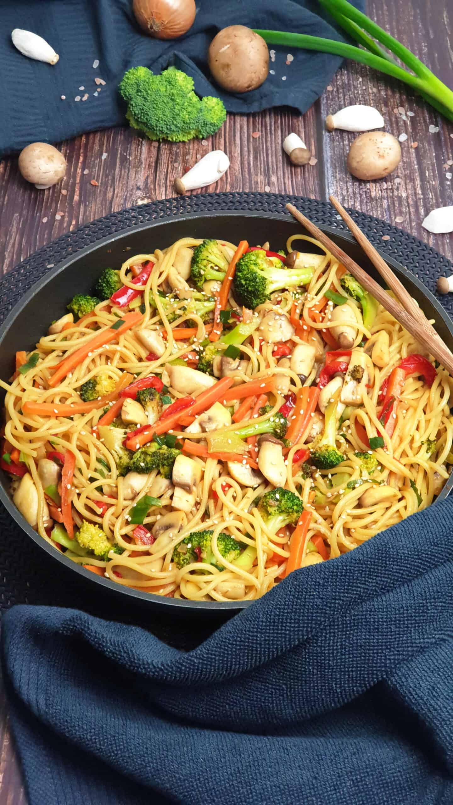In einer Pfanne gebratene Asia Nudeln mit Hähnchen und Gemüse.