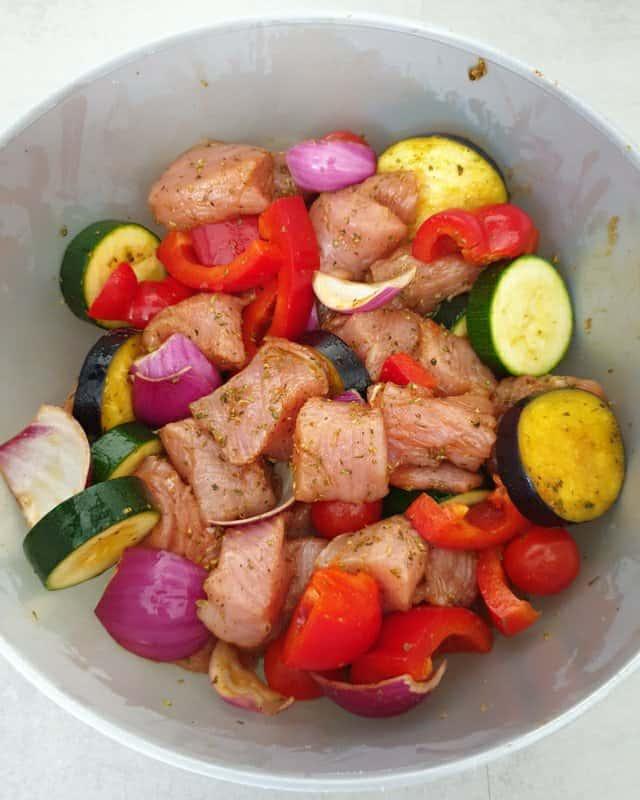 In einer Schale sieht man das klein geschnittene Fleisch und das Gemüse in einer Marinade.