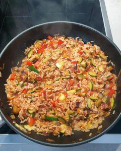 Hier sieht man den fertigen Reis für Puten-Gemüse-Spieße mit Gemüse-Reis in der Pfanne.