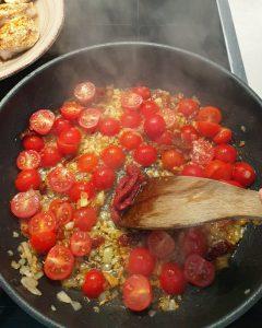 Als nächstes wir Tomatenmark in der Pfanne angeröstet.