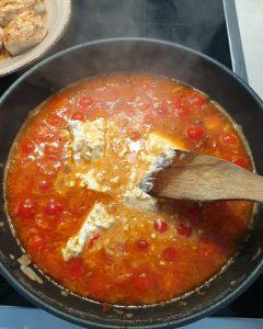 In die fasr Fertige Soße für Hähnchenfilet in cremiger Frischkäse-Parmesan-Soße kommt jetzt der Frischkäse.