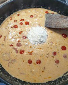 Nachdem der Frischkäse in die Soße eingerührt wurde kommt jetzt der frisch geriebene Parmesan zur Soße.