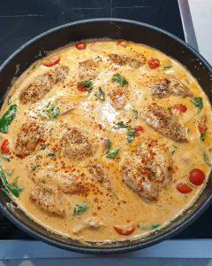 Hier sieht man wie das angebratene Huhn wieder zum Garziehen in die Soße kommt.