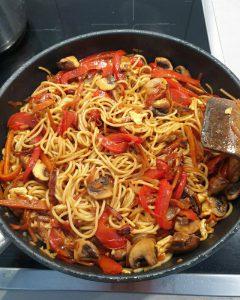 Als Nächstes das Gemüse zu den Nudeln geben und vorsichtig untermischen.