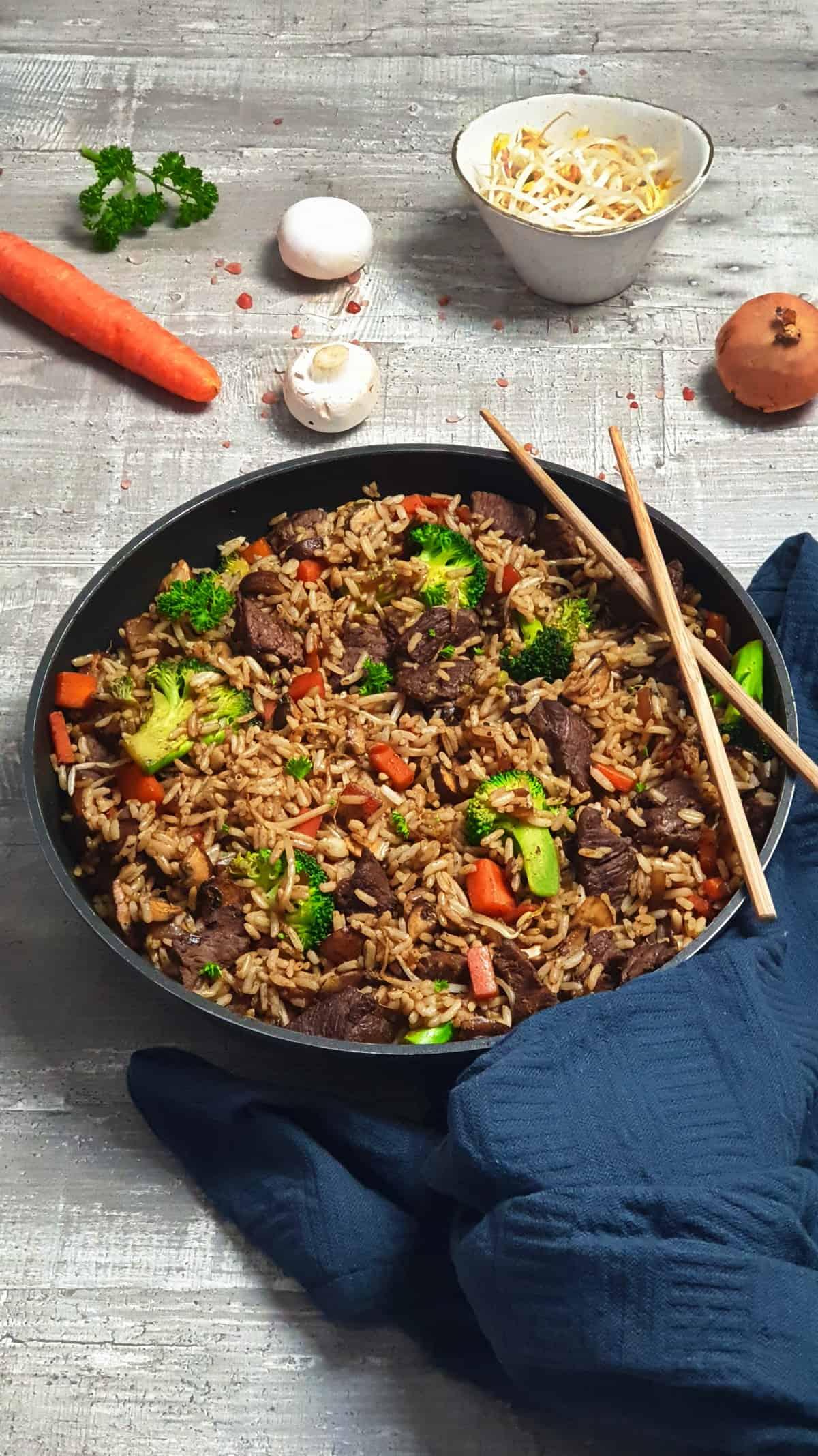 In einer Pfanne gebratener Reis mit Rindfleisch und Brokkoli.