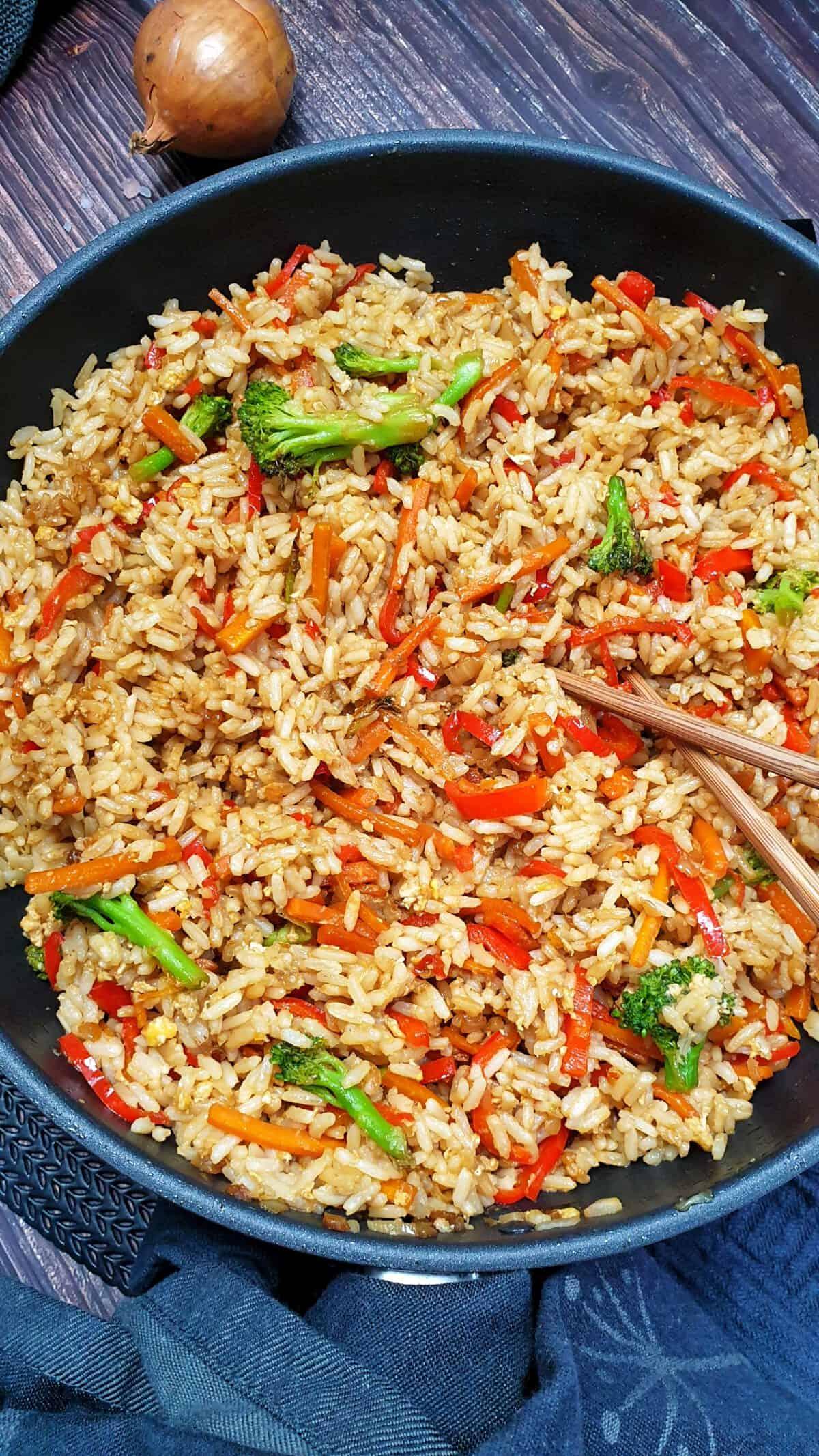 In einer Pfanne gebratener Asia Reis mit Gemüse, vegetarisch, ohne Fleisch.