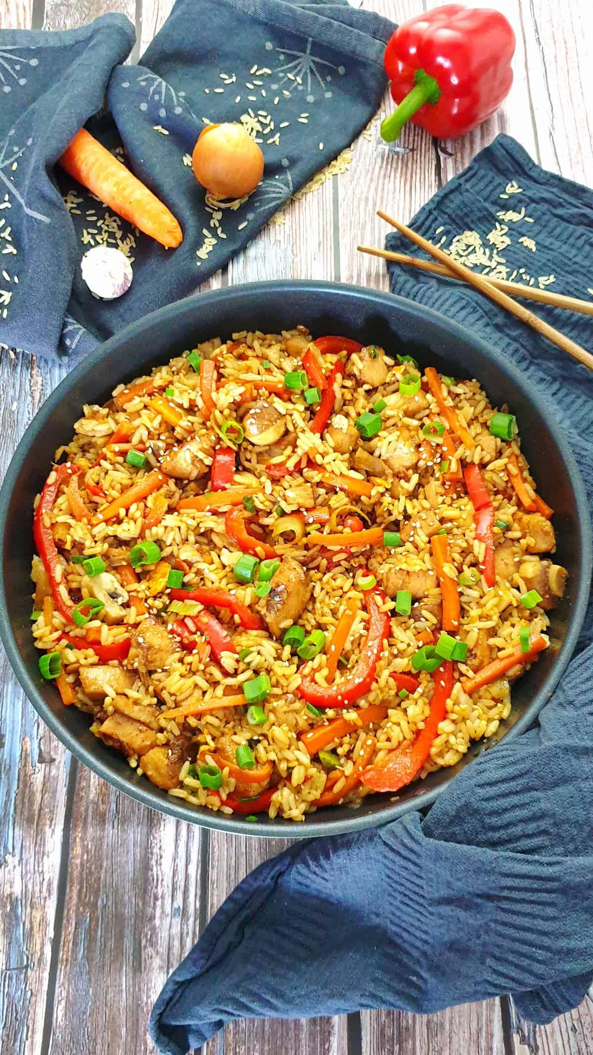 In einer Pfanne gebratener Reis mit Gemüse und Hähnchen.