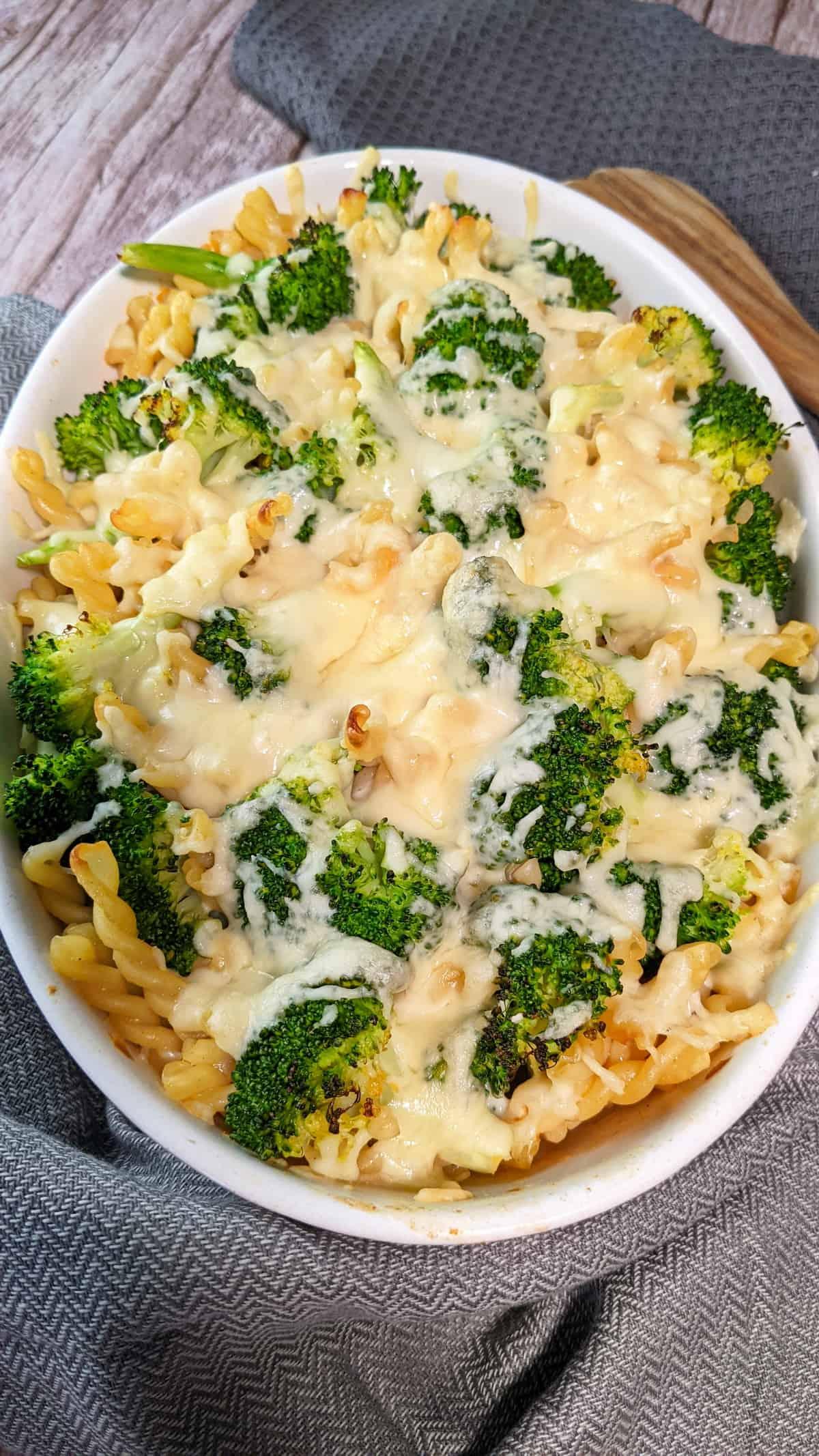 In einer weißen Auflaufform ein Nudel Brokkoli Auflauf mit Käse überbacken.