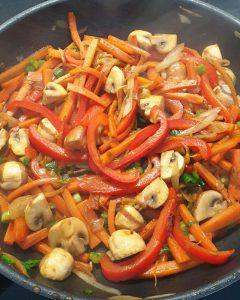 Das Gemüse in der Pfanne ist mit Sojasoße gewürzt.