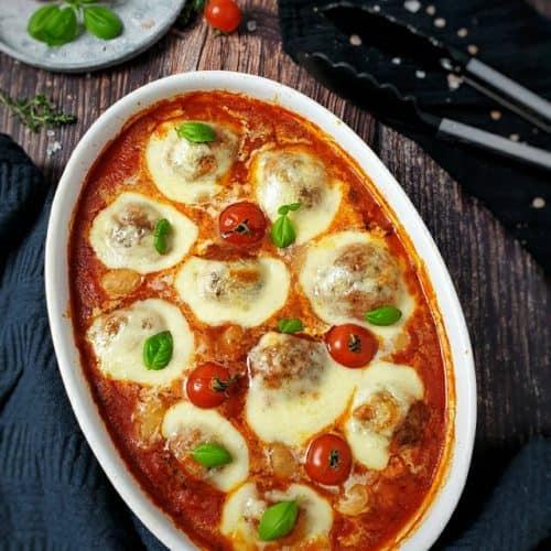 In einer weißen Auflaufform überbackene Hackbällchen mit Mozzarella überbacken.